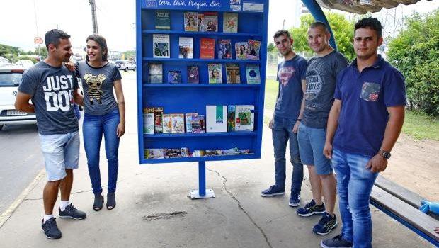 Parada de ônibus com livros (bus stop with books)